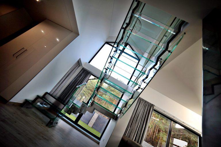 Szklane schody we wnętrzu mają wiele zalet